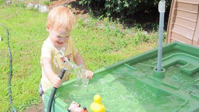 آب بازی کردن کودکان